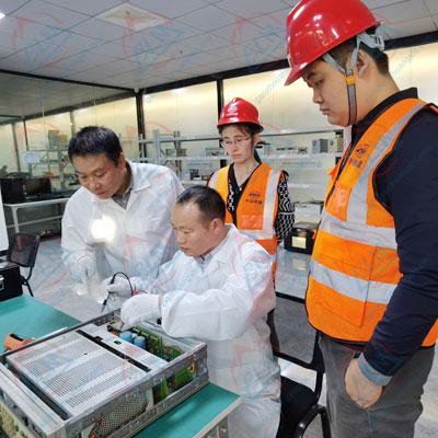工程师进行仪器维修图片